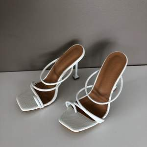 HELT OANVÄNDA vita flätade sandaler med klack. Skitsnygga med fel storlek för mig. Köpta på Shein. Jag har stl 39 men skorna känns mer som stl 38.
