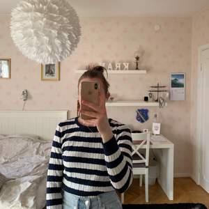 Kabelstickad tröja från Gina Tricot. Passar perfekt till jeans ;) Köparen står för frakten. Kan även mötas upp i Malmö.