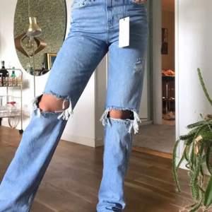 Säljer mina favoritjeans från Zara pga att jag behöver pengar! Storlek 34, de är full längd och inte avklippta. Säljer endast vid bra bud. De passar verkligen till allt, är supertrendiga och perfekta nu till våren och sommaren! ❤️❤️❤️ Inte min bild men fixar såklart om man är intresserad, jättefint skick!