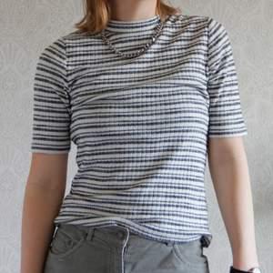 En snygg t-shirt i randigt mönster. Enkel och stilfull. Skönt tyg som håller sin form. Kolla gärna mina andra annonser! ❤️