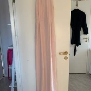 Säljer denna fina balklänning som köptes för 2 år sedan och den är aldrig använd. Lapparna sitter fortfarande kvar. Bilden längst bak är lik klänningen men inte i samma färg. Den har en slits där bak vid benen. Säljer klänningen för 190 + frakt💕jag är 168cm och klänningen är ungefär 4cm lång för mig. Frakt kan diskuteras beroende på hur mycket det väger!!💕