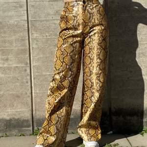 Oanvända byxor i ormskinnsimitation från PLT i storlek 36, normala i storlek. Kan mötas upp i Stockholm eller skicka mot extra kostnad. Säljer fler plagg kolla in dem!