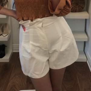 """Vita höga shorts med """"volang-kant upptill"""", från H&M. Storlek XS/32. Gott skick. Lite balongformade. Ser dyra ut."""