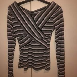 Snygg randig off shoulder tröja med coola detaljer!! knappt använd, 140kr +frakt