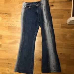 Super speciella jeans med glitter samt vit på båda sidorna. Lagom baggy med bootcut🥰, jag är 1,65 cm.