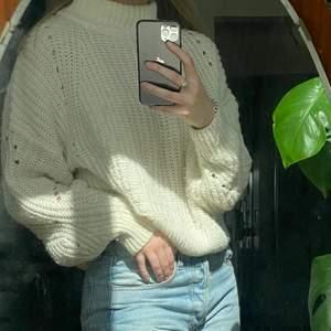 Vit stickad tröja med liten polokrage från H&M🧡 superskön och väl använd men inga skador, därav priset. Storlek XS men passar allt från XS-M. Fraktkostnad tillkommer