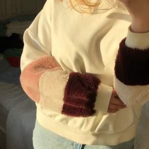 """Supermysig vit sweatshirt med """"pälsärmar"""" som detalj, (inte äkta päls). Jättegosig och skön i materialet men kommer inte till användning tyvärr💜 Möts helst upp (Stockholm) men frakt kan nog lösas (köparen står isåfall för frakten)"""
