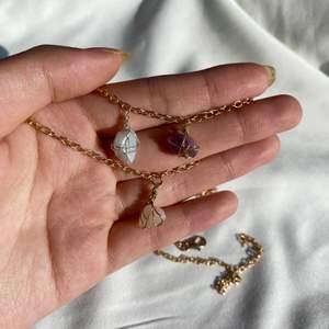 Säljer hängen till halsband med kristaller och stenar! Mindre storlek - perfekt för den som vill ha ett litet mer diskret hänge! Välj mellan rosenkvarts, akvamarin, amazonit, ametist, granat, röd jaspis, lapis lazuli, grön aventurin, Melthing, och andra! (Finns fler). Välj mellan guldfärgad och försilvrad kpppartråd💗 köparen betalar frakt: 15kr. Observera att form och färg varierar på stenarna och kedja ingår ej.