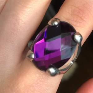 Säljer två ringar med diamanter i, 1 för 35kr (pris kan alltid diskuteras) båda för 45. Kolla gärna in andra annonser!!