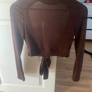 Brun fin tröja med öppen rygg. Säljer pga inte kommer till användning. Köpare står för frakt