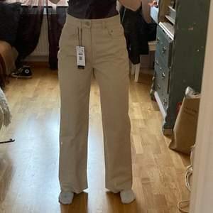 Helt nya stradivarius beiga jeans, super fina och jättefin passform! Skönt och bra material💓💓jag är 165cm lång 🥰 300kr +frakt 😚😚