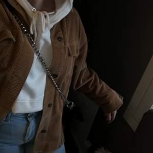 Säljer denna sjukt fina ZARA cordoroy jacka, köpt förra hösten men inte använt så mycket så den är väldigt bra skick! Storlek M och lite oversized. Säljer för 250kr plus frakt, priset kan diskuteras vid snabb affär!💕💕