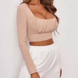 Säljer min ljus rosa tröja från shein💕 tyvär var den för liten för mig🥲 kommer nog köpa en med större stolek. Säljer den för 60kr med frak för 66kr📦