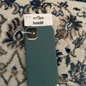 Helt nytt holdit skal! Är i en fin mörkgrön färg. Är för iPhone 11. Säljer då jag råkat beställa 2.