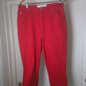 Superfina röda jeans med uppvikta benslut. Skriv om du vill ha mått eller undrar något annat🌹
