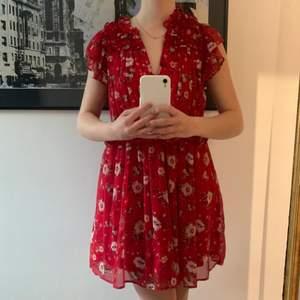 Härlig klänning från Zara i storlek 36. Använd ett fåtal gånger och är i väldigt bra skick. Frakten ligger på 20 kr!💕💕