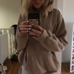 Säljer denna beiga hoodie från H&M i storlek M! Nypris  199kr, säljer för 100kr! Kan skickas om köparen står för frakten!! Tvättar självklart alltid kläderna innan jag skickar dom!!💘💘
