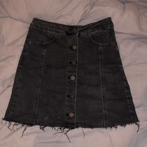 Washed black jeanskjol i mycket bra skick, använd två gånger