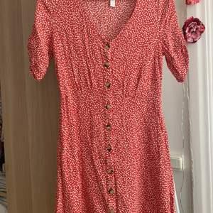 Jättefin rödblommig klänning från H&M i storlek 34. Väldigt fint skick med fina detaljer på ärmarna. Sitter superfint och är sval! 100 kr