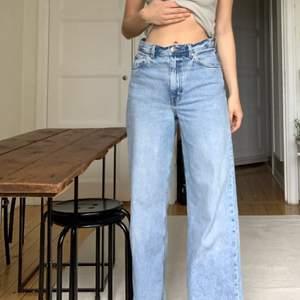 Höga, vida jeans från Arket i strl 38. Fint skick.