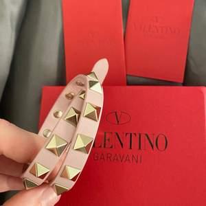 Från valentino garavani i jättefin ljusrosa färg och jättebra skick!!! Äkthetsbevis finns💕⚡️