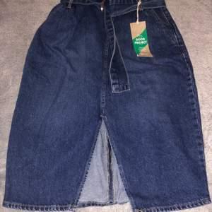 En paperbag jeans kjol,helt ny med lapp kvar.
