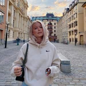 Min skitsnygga trendiga nike hoodie säljer jag nu!!! Jag använder inte tröjan så mycket där av att jag säljer. Älskar färgen på tröjan och skicket är otroligt bra😍😍😍😍 Startar budgivningen på 250 så buda gärna!!( Om jag inte får så högt bud så kommer jag inte sälja! )