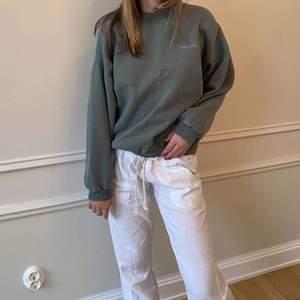 Skit cool college tröja i fin grön färg❤️ Det står storlek L på den men hon på bilden brukar ha på sig S och den passar henne perfekt lite oversized
