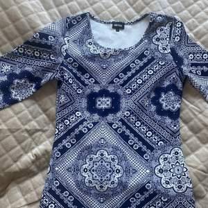 Jättefin blå mönstrad klänning ifrån bubbelroom, aldrig använd. Trekvarts ärm. Storleken S. Nyskick!