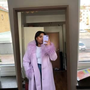 En härlig och fluffig kappa från H&M säljes då den inte kommer till användning. Använd ett par gånger, bra skick!