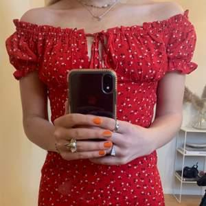 Säljer denna ursöta klänning som är köpt 2nd hand. Helt oanvänd och i nyskick! Passar perfekt till sommaren!💓🤝