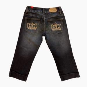 Knäshorts från Five 5 PM i low rise fit. Påminner om Victoria Beckham jeans. Fint skick!! Dock en liten fläck precis under baken. Syns på första bilden. Frakt på 66kr är inräknad i priset. Tar Swish men även SafePay. SafePay tar 10% av betalningen.