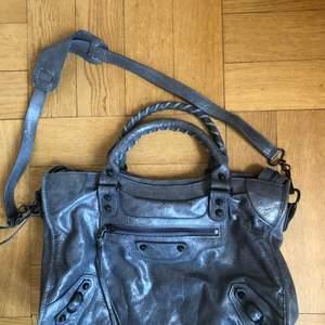 Superfin grå kopia av Balenciaga citybag i mellersta modellen. Använt men extremt fint skick!! Skriv för fler bilder 😍