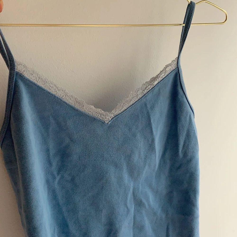 Sött blått linne från brandy Melville som köptes i Schweiz för nått år sedan💗💗har inte fått någon användning för det alls så säljer det💗köparen står för frakten på 24kr. Den går fortfarande att köpa för 50kr+frakt!! . Toppar.