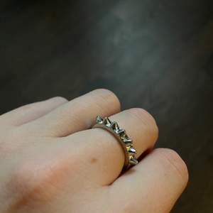 Tre silvriga ringar i nyskick. Ring 1: inte äkta silver, 40 kr inklusive frakt. Ring 2: äkta silver, 100kr inklusive frakt. Ring 3: inte äkta silver, 35 kr inklusive frakt 🤍