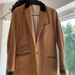 Säljer min Morris lady kappa då den aldrig kommer till användning, väldigt bra skick köpt för några år sedan men använd en höst och sedan har den hängt  i garderoben. Perfekt höst kappa. Nypris ca 4000kr. 🤎