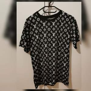 Oanvänd tshirt som passar st S. Något