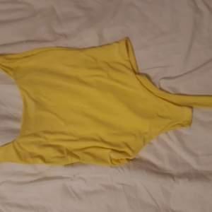 En gul body från prettylittlething. Stretchig i glansmateriall ♡ Rörlig och skön. Används aldrig, nyskick.