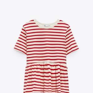 Säljer denna populära volang tröjan från zara. Aldrig använd, verkligen super fin men kommer tyvärr inte till användning❤️