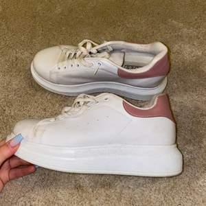 Vita sneakers med lite högre sula från Nelly, storlek 38, använd fåtal gånger