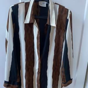 Så cool skjorta men använder alldeles för sällan. Har axelvaddar, storlek 40. Köparen står för frakt