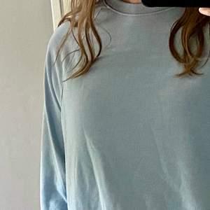 Superskön sweatshirt från H&M. Den är ganska tunn men jättemjuk. Storlek M, men den är kort i ärmarna för mig som vanligtvis har storlek M, så jag tror att den skulle passa bättre på någon som har storlek S eller har korta armar.
