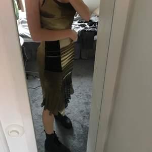 Väldigt snygg höst klänning i fina färger. Väldigt fin till boots. Köpt på Humana. Står ingen storlek men skulle säga S/M. Skriv privat om du har fler frågor:)💕