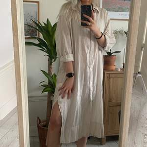 så härlig och luftig skjort-klänning 🤩 fin slits längst ned vid benen! aldrig använd, bara testad! 💫 visas på mig som är 174 cm lång och bär vanligtvis S/M. 🦋 frakt ej inkluderad i priset 🦋