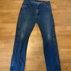Sitter exakt som levis 501or! Sköna jeans med bra kvalité, sitter lite baggy med en straight fit längs låren. Size 36x36 passar 34x34!