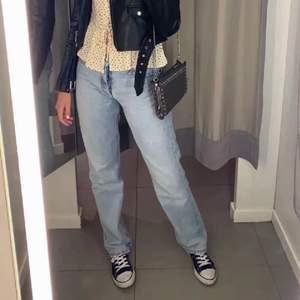 Säljer dessa slutsålda as populära Zara jeanse! Mid rise jeans, Dem är Helt nya med alla artikelar och lappar kvar!🤩Dem är i storelk 36 men även 34  hade dem suttit jättefint lite pösigt på😍 Skriv vid intresse eller frågor, eller vill ha andra bilder! Kolla gärna in min sida har även ett par i lite mörkare blå också med lappar kvar! 💕💖🥰