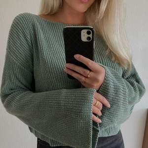 Grön stickad tröja med stora, utsvängda armar💚 Köpare står för frakt!