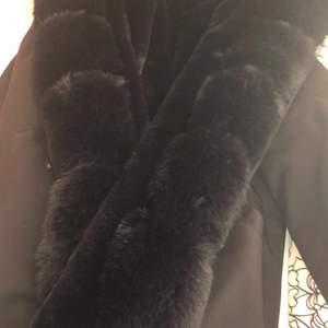 Hej, jag säljer en vinter jacka som heter Fatima parka. Den är använd bara en vinter men nu säljs. Jag köpte den för 1800kr på Garoff. Vi kan alltid sänka och diskutera priset❤️Kan mötas och skickas iväg.