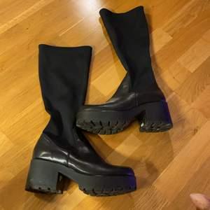 Storlek 40                                                                                      Bra skick, mindre repor på högra skon