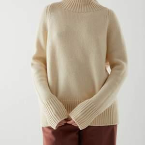 Vit/beige tröja i Kashmir från COS. Köptes i december för 1950kr men var tyvärr för liten för mig. Kan mötas i Lund eller så står köparen för frakten (69kr).